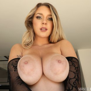 gabbie-carter-amazing-boobs-demonstration-by-incredible-sexy-blonde
