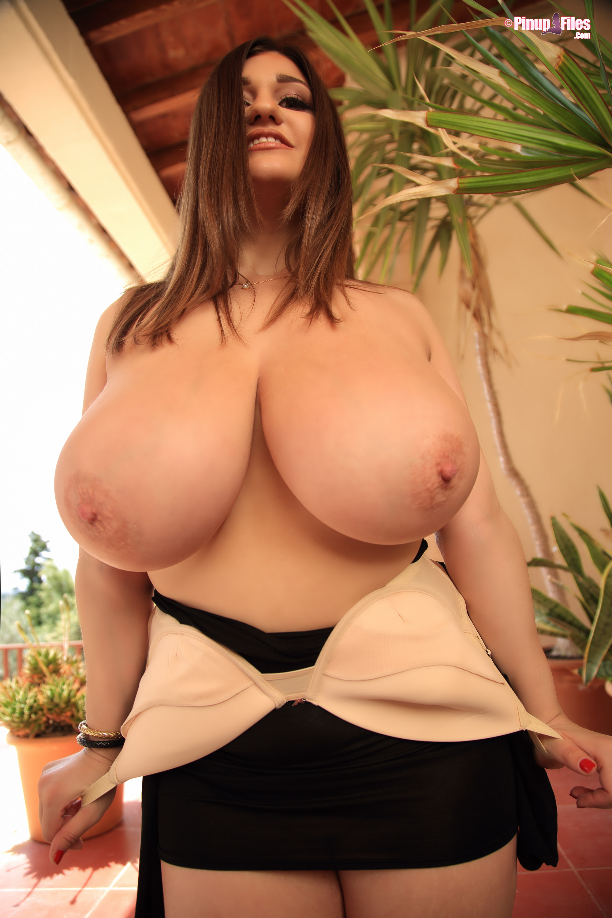 Amazing frau showing divine shapes with inspired titties