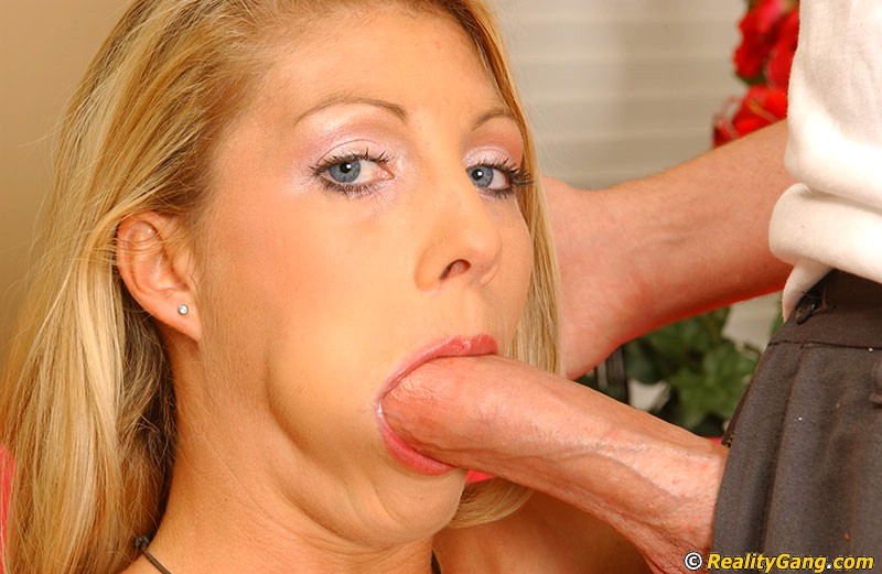 Comely goddess with gentle throat does a reactive deeply in tonsils dickthroating