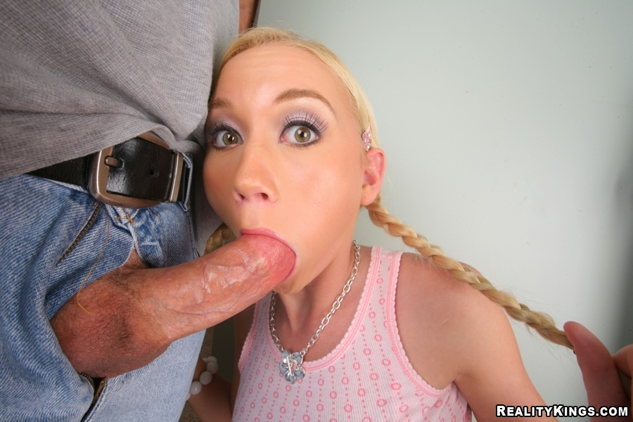 Sensitive temptress with brilliant throat makes a tricky mouth cock feeding